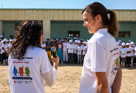 presentadoras-lavarse-manos-irak-oxfam